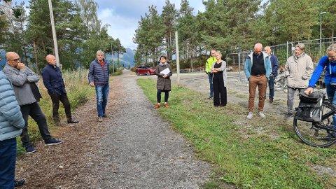 SYNFARING: Onsdag var formannskapet i Gloppen på synfaring på nærmiljøanlegget Myra. No vil fleirtalet ha parkeringsanlegg i friområdet.