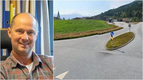FRISKE OPP: Martinus Grov har føreslått å friske opp denne midtrabatten i Naustdal: – For skulelevane hadde det sikkert vore fint, seier han.