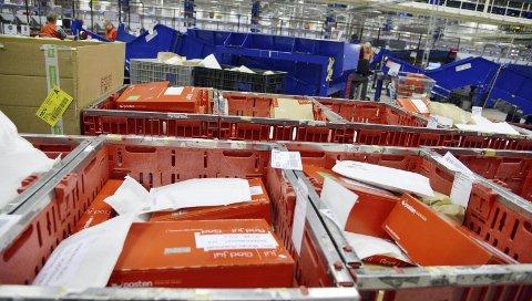 Hektisk: Enorme mengder post og pakker skal gjennom Postens sorteringssentraler i dagene før jul. Her kan du lese fristene for utenlandspost.