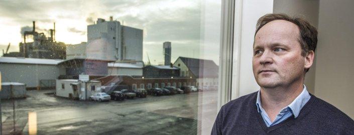 Lettskyet: Lenge har en sterk krone gjort det tøft for eksportbasert næring i Fredrikstad. At krona er så svekket, betyr likevel ikke at pengene renner inn på konto hos Kronos Titans økonomidirektør Terje Karlsen. – Kostnader har vi også i dollar og euro, så vi får ikke en én til én-økning, påpeker han. foto: geir carlsson