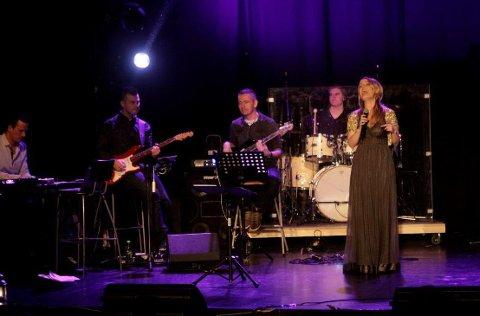 BREDT: Maria Mohn bød på et bredt repertoar i kveldens julekonsert i Røde Mølle.