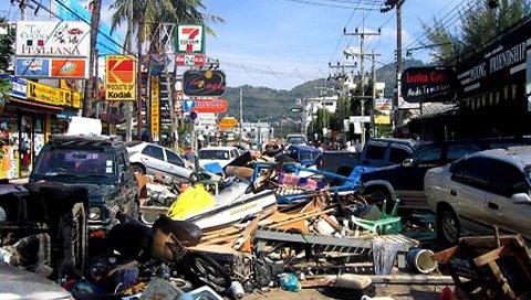 2004: Slik så det ut i Patongs gater i Phuket etter at flodbølgen hadde skyllet inn.arkivfoto: erik gjerløw