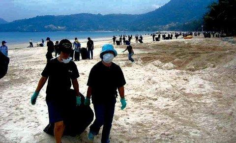 Rydder: Hjelpemannskap rydder på stranden ved Patong Beach i 2004. ¬ ¬arkivFoto: Erik Gjerløw