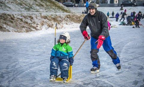 I farta: Bent Weberg (46) dyttet sønnen Anders Weberg Skjelbred (4) i full fart over isen.