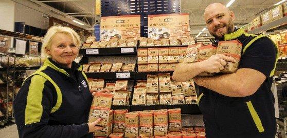 SELGER GODT: Gullbygg-produktene på Coop Obs på Rygge storsenter er blitt utrolig populært. Det setter naturlig nok Berit Engelschiøn og varehussjef Bjørn Gulbrandsen stor pris på.