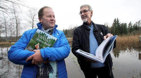 LANSERTE BOK: Tommy Tindlund (til venstre) og Rune Davidsen har brukt to år på å lage boken «Vansjø – i hjertet av Østfold».Foto: Vilde Mebust Erichsen