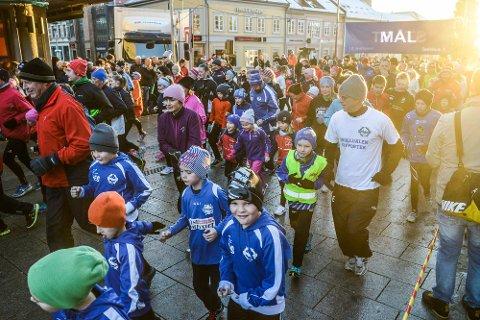 MANGE DELTOK: Det var mange som hadde tatt turen til sentrum for å løpe Nyttårsløpet. Foto: Kent Inge Olsen