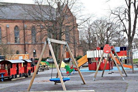 DO-TILBUD: Politikerne har bedt rådmannen om å finne en løsning for toalett og stellerom ved denne lekeplassen i Kirkeparken.