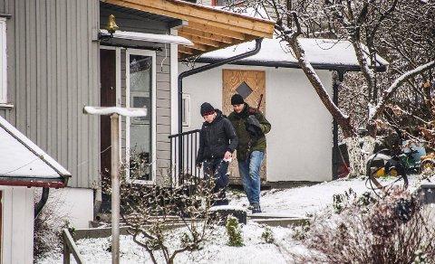 BESLAG: Her bærer politi-etterforskerne ut et sverd som er beslaglagt hjemme hos den pågrepne 23-åringen, som er siktet for aktivitet tilknyttet terror.