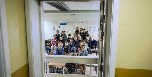 I KJELLEREN: Annen- og tredjeklasse på Borge skole måtte flytte fra brakka og inn i skolebygningen som egentlig ikke har plass til dem. Et grupperom og kunst- og håndverkssalen benyttes mens det gjøres undersøkelser i brakka.