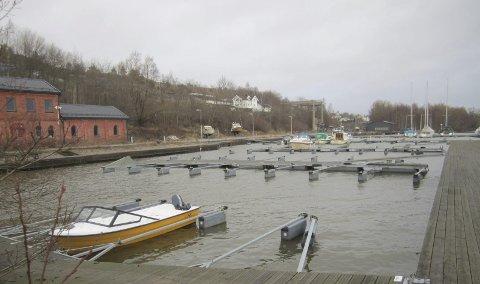 MULIGHETER: I båthavna er det nå 130 båtplasser rett ved Fredrikstadbrua. Men det er trolig utvidelsesmuligheter hvis kjøper ønsker å utvide havna.