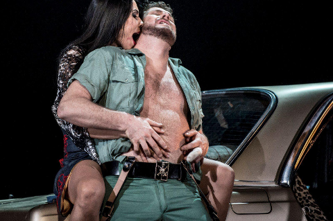 Hete følelser: Henrik Engelsviken, alias Don José, lar seg forføre av Carmen, her i Katarina Bradics skikkelse. Handlingen er lagt til Spania på 1970-tallet. Foto: Erik berg