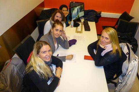 RETTFERDIG: Studentene i dette rommet har rent mel i posen, og synes det er rettferdig at Lånekassen sjekker 50.000 studenter for borteboer-svindel. (Fra venstre) Desirée Birkholm (27), Hege Christine Karlsen (21), Susanne Linnéa Gulliksrud Nordahl (21), Nourie Raed (35) og Marie Andreasson (23).