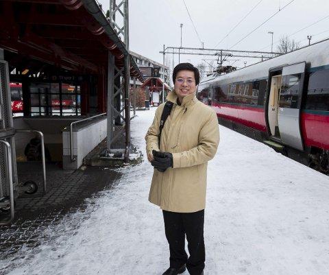 Nøkternt: Kan Cao reiser nøkternt og ankommer Fredrikstad med tog. Mannen som har kjøpt sykehuset for 130 millioner kroner har verken Jaguar eller kostbar sportsbil i garasjen.                                                                                                                                                                                                                                                                         Foto: Christine Heim