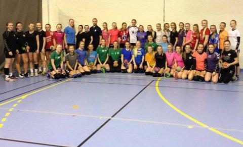 På treningssamling: 42 jenter fra sju av distriktets klubber var nylig på den første uttakssamlingen til Aalborg-lekene.