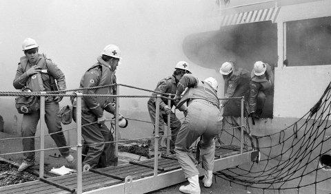 AKTIVT SOM HJELPEKORPS: Fra en redningsøvelse som Gressvik Røde Kors Hjelpekorps arrangerte i 1984 om bord i M/S Østfold og den gamle Hvaler-båten. Foto: Carina Seegaard, FB 05.11.1984