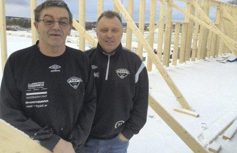 DRIFTIG KLUBB: Bjørn Carlo Andersen (til venstre) og Terje Jonassen sitter inne i reisverket til det som skal bli Torp IFs egen brytehall. Foto: Vidar Henriksen
