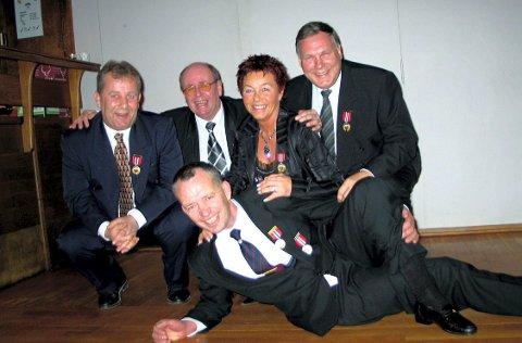 HEDRET SIST: Under 90-årsjubileet fikk Øivind Brostrøm (t.v.), Vidar Lund, Berit Borsheim, Christen Torp og Jan Davidsen (foran) alle Torp Idrætsforenings gullmerke.