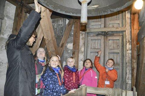 I det høye: Alma Nygård Djupang, Amanda Dråbeløs, Ada Fridstad Andersen, Petter Stokke og Signe Adele Martinsen Bonacucina synes det er veldig spennende å bli med Liv Vrålstad helt opp i kirketårnet, der den store kirkeklokken er.begge foto: tonje holter