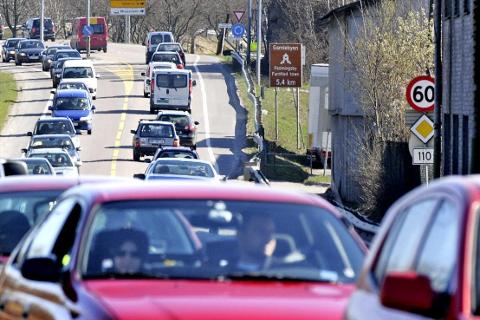 TETT TRAFIKK: Arbeidet på nye vei mellom Seut og Simo skal starte i år. –Inntil Frp får større oppslutning må bilistene fortsatt ergre seg over usosiale bompengeavgifter, skriver Ulf Leirstein. (Arkivfoto: Geir A. Carlsson)