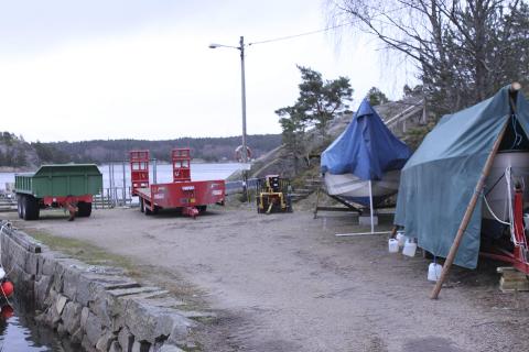 HET STRID: Her er anleggsutstyret på Urdahl brygge som folk irriterer seg over. I bakgrunnen kan også den omstridte flytebrygga sees.