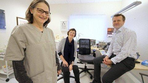 SAMLES: Fastlegene Nina Arntzen og Robert Magnusson vil snart jobbe under samme tak. – Det blir bra, sier Sonja Rønneberg (i midten), rådgiver i Råde kommune.