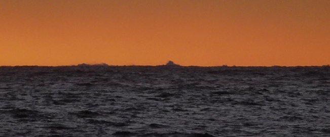 RARE BØLGER: Elisabeth Håbu mener at bølgene hun zoomet inn og fotograferte langt ute i horisonten fra utsiktsplassen på sydlige Asmaløy må være 20 - 40 meter høye.
