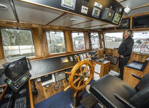 Oversikt: Fra styrehuset har skipper Peter Parmer god oversikt. Båten har en total lengde på 29 meter og måler 9,30 meter i bredden.