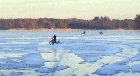 FARLIG OG ULOVLIG: Bilde fra Årvollbukta hvor seks moped- og motorsyklister ble anmeldt. Nå må to av dem møte i retten.Foto: Politiet
