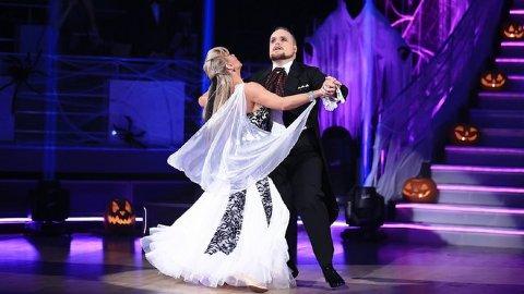 Stian og Alexandrea leverte en elegant vals som førte de videre til