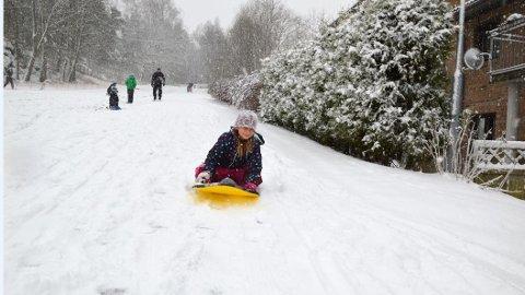 Full fart: Mathea Aspestrand Møller ropte jippi da hun så snøen søndag morgen. Deretter var det rett ut i akebakken.