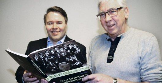Presenterer bok: Markedsansvarlig i Borge Musikkorps, Kenneth Angeland (til venstre) og forfatter av jubileumsboken, Karl Ottar Fjeld, gleder seg til å lansere verket 7. februar. Foto: Svein Kristiansen