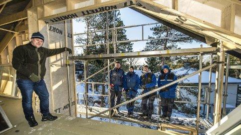 Håndverksbedrift: Lars-Erik Zakariassen (fra venstre), er godt fornøyd med sine ansatte; Tobias Zakariassen, Anders Repål, Fredrik Ek Brattvang og Morten Augesen. Foto: Geir A. Carlsson