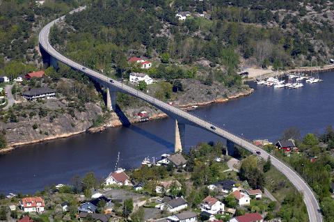 KJØKØYSUNDBRUA: Brua er bygd i 1970 og er en del av den eneste fastlandsforbindelsen til og fra Hvaler. (Flyfoto: Erik Hagen)