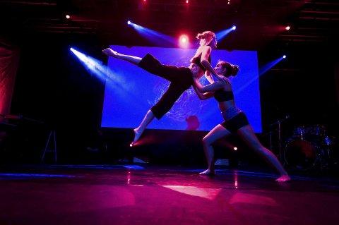 Marlene og Gjendine med akrobatisk dansenummer basert på eget koreografi innspirert av musikken og tv-serien The Hundred
