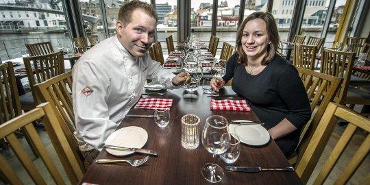 NOMINERT: Kjøkkensjef Tobias Gustafsson og daglig leder Ingeborg Nygaard på Slippen restaurant har etablert seg som en veldrevet sjømatsrestaurant i Fredrikstad sentrum. Kjøkkensjefen har også 25 prosent eierandel i restaurant Fabel som synes i bakgrunnen.Bilder: Geir A. Carlsson