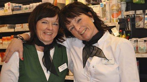MED SMIL: Kristine Grønneberg Svendsen (til venstre) og Kari Grønneberg Johansen er blide tvillinger i Vitus Apotek på Selbak.  FOTO: BOE JOHANNES HERMANSEN