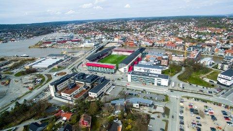 STYRKES: Fagskolen i Østfold (til høyre for stadioen) styrkes i den siste stortingsmeldingen fra Regjeringen.