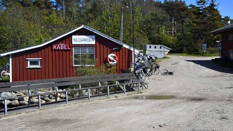 Søndre Sandøy har ca 100 fastboende og 500 hytter. Ferga setter i land passasjerer på Nedgården, mens  veistumpen som lenge har vært i spill, ligger lenger inn på øya.,