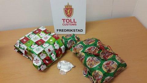 Mannen fortalte at han hadde med julegaver til kjæresten. Inne i pakkene fant tollerne 3.200 narkotiske tabletter.