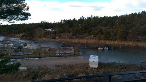 Høyvann i Enhuskilen mandag kl. 13: – Dessverre var det noen parkerte biler der. Og vannet steg jo videre ut over ettermiddagen, melder Tore Skaaden som har tatt bildet.