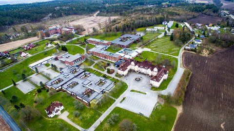 Tomt: Etter 101 år med psykiatri har sykehusbygningene på Veum stått forlatte siden mai 2015. Det foreligger ingen konkrete planer ennå, bortsett fra i de hvite bygningene bakerst i bildet. De skal pusses opp og leies ut som leiligheter.