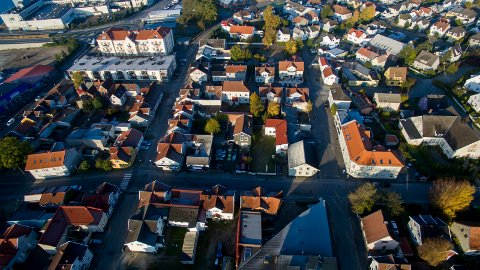 Midt i bildet ser vi  Holmegata som skal erstattes av en åpen bekk. Bystyret går videre med planene, som vil føre til at flere hus må rives. Så mange som mulig av de rivningstruede husene vil bli flyttet.