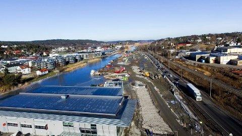 Strekningen langs Seutelva er med på Thues opplisting av områder med dårlig byggegrunn. Bildet viser partiet der arbeidet med å bygge ny riksvei 110 nå pågår.