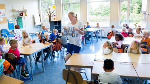 Stort kull: Kontaktlærer Tone Mette Nybøle er en av tre voksne på 1. trinn på Borge. Til tross for god voksentetthet skulle rektor helst hatt mindre grupper.