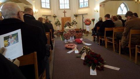 TOK FARVEL: De fremmøtte tok farvel med Elsa Madsen i et vakkert pyntet Fredrikstad Vestre Gravlund kapell.