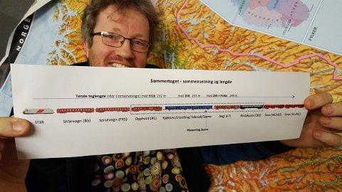 Dropper Fredrikstad: Prosjektleder Thomas Hellum viser planene for togsettet. Om bord har toget blant annet kontrollrom, redigeringsrom, kontor og egen scene. Toget skal chartres av NSB. (Foto: GØRIL GROV SØRDAL / NRK)