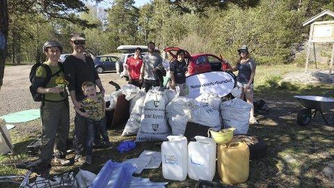 FOLK RYDDET FEM TONN: Kystlotteriet førte til folk ryddet vekk 500 sekker med marint søppel i fjor.  Bildet er hentet fra en tidligere ryddeaksjon i regi av Naturvernforbundet Østfold. Foto: Privat
