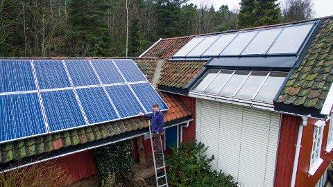 SOLFANGERE OG SOLCELLER: På taket til venstre har Ole Jørgen Hanssen montert solfangere som blant annet varmer opp varmtvannstanken. Til høyre solcellepanelet familien nettopp har montert.