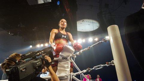 BOKSEDRONNING: Her har Cecilie Brækhus nettopp vunnet på knockout i 6. runde – i ringen som  Måneproduksjoner AS har satt opp for henne.